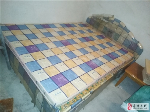 床1.65*2米的,带床头,垫子,床厢,合计500元,是实木的。茶几是四川明珠的,价格可议。