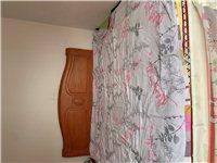 闲置1.8??2米木头床带2个床头柜.9.5成新,几乎没用过,现低价出售,有喜欢的亲们电话联系
