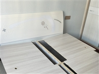 本人有一张1.5米*2米的全新床,是木工做的,非诚勿扰,可以面议。