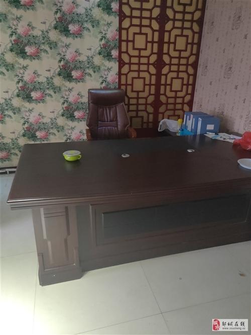 出售一套办公桌长两米4,凳子,沙发一套,茶几,9.5成新。相中的来电