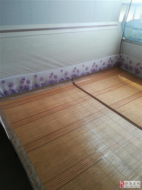 九成新,去年下半年买的,有两张床,一张1.8米,一张1.5米!有意向请联系我17754041219