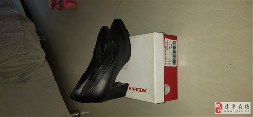 意尔康女鞋单鞋春秋款,纯净版瓢鞋,马蹄跟纯皮哦永生鞋店398买的,一共穿了两三次,生完二宝一直穿平底...