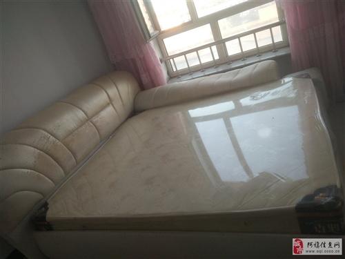 出售二手床,1.8*2米的,床头皮子破皮,右面的扶手里面的海绵不太好了,凹下去了,五千多买的,低价出...