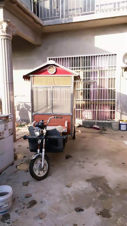 電動三輪小吃攤位車,一萬六買的,沒用幾天,現因拆遷沒地方放,忍痛低價出售。