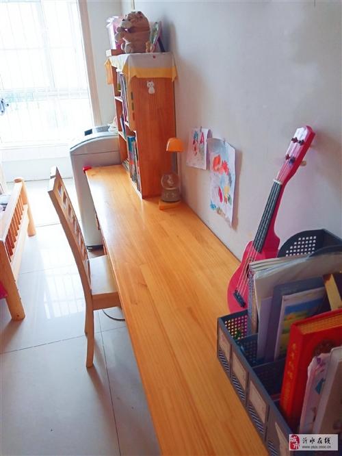 搬家不帶走,一套純松木書桌,我設計定制的,桌面2.4米,是一整塊松木板的長度,帶桌上的書架,下面的小...