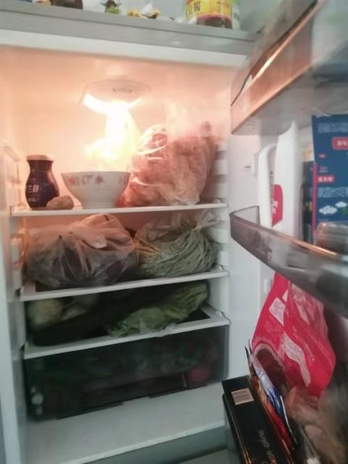 美菱冰箱两开门低价出售,外观完好无损,内部干净,由于想换三开门低价出售,有意者电话联系