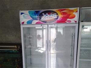 出售:麻辣烫小车四灶的一辆,保鲜柜一个,两件均可单独出售。有意者电话联系