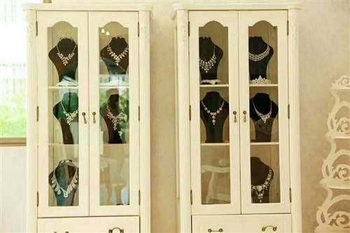 有一批饰品柜,酒柜,欧式围椅,橙子,小圆桌拆价处理,价格面议。联系方式:13870729802