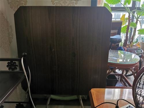 桌子,方形,打开就是大圆桌。家里无处放,需要的话50元自提。