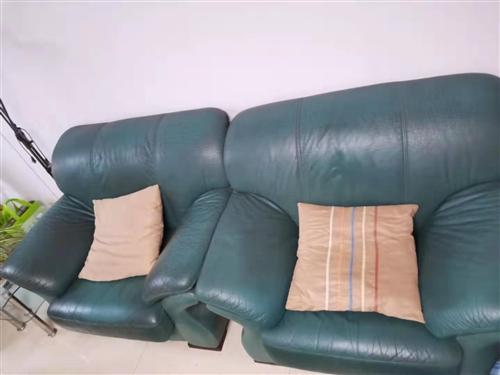 出售自家换下来的旧家具,给钱就卖,自己来拿,有茶几,电视柜,沙发,茶几,实木床