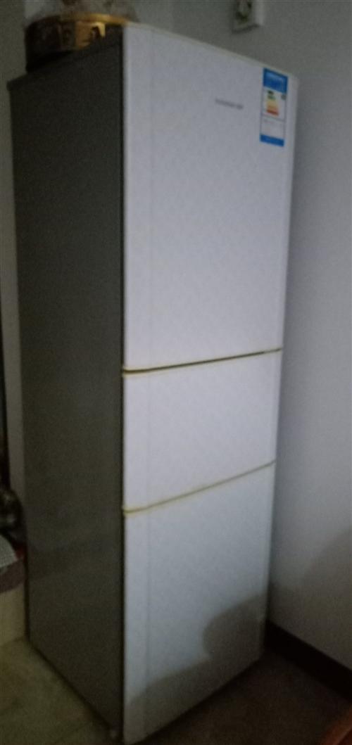 容声牌三门冰箱,使用三年,性能完好。