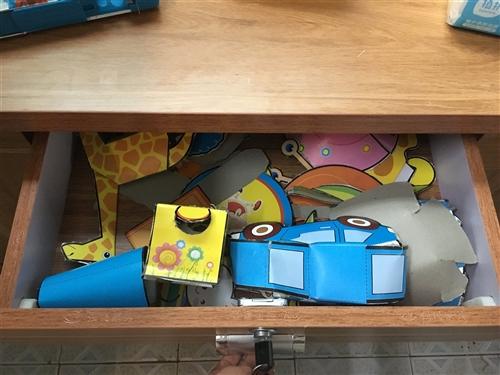 剛拉回來的學生學習桌,小孩子不喜歡。