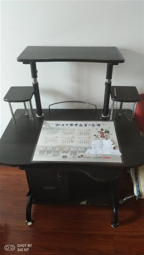 电脑桌放主机的地方有点磨损,放上主机基本看不见瑕疵,80元。木椅子钢琴烤漆基本没用过9成新,30一把...