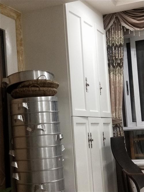 低价出售面馆的工具,煮面桶两个,蒸包机,蒸笼,桌椅六套,货架两个,碗等等,可单个出售,买时是新,现在...