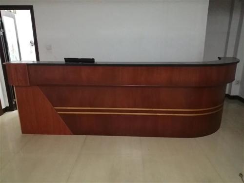 转让一台9成新的吧台桌!长4.3米,高1.1米,有意者电联:13870721744。