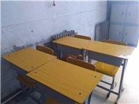 八成半新的学生桌椅,售价每套60元,共有14套。 另外,还有黑板,文件柜,书柜,投影仪等出售。