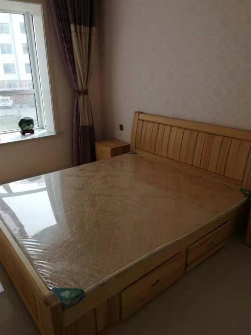 全新松木大床两张(1米8和1米5),带两个床头柜和全新床垫,现全新低价转让,两张床5000元,有意者...