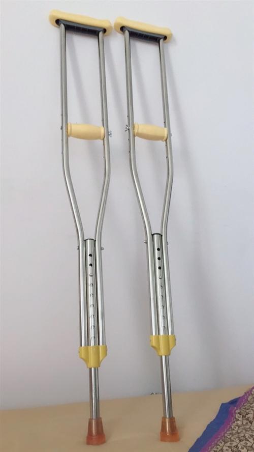 九成新轮椅买了没怎么用,双锂合金拐杖就用了几次,有需要的联系便宜处理了