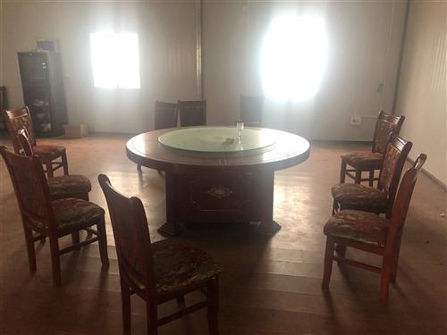 两张小餐厅桌一张会议室桌,八成新,货在水尾乡自己来拉,拼装式,价格面议,有意者加微信Zpc0125详...