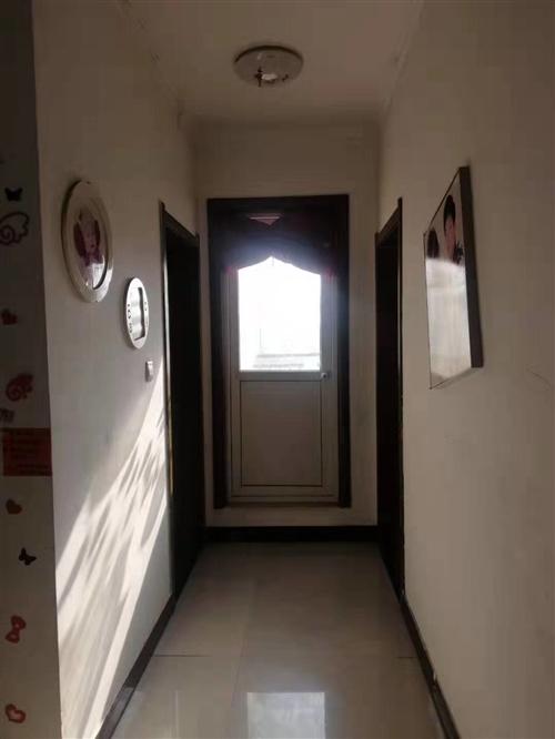大兩室兩廳帶閣樓和一大一小兩個露臺,閣樓和露臺不算面積白送,可改四室或三室,中裝,家具家電全送,領包...