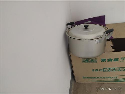 家用蒸饃鍋,黃鋁的,超級厚,超級耐用,26公分,九成新,用過的都知道哈,因工作調動現低價處理。有需要...