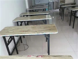 低�r�理,有20��桌子,配套凳子,有白板,桌子凳子配套75一套,白板八成新的�p面用100元,要的��...