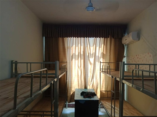 出售八成新單桌、雙桌、方凳、圓凳、架子床