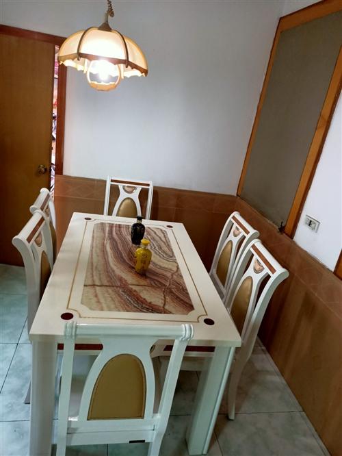 本人因搬家,有一套全友家具需要出售,床架子,床垫,都是皮的,另外有沙发,电视柜,餐桌,茶几,家用很实...