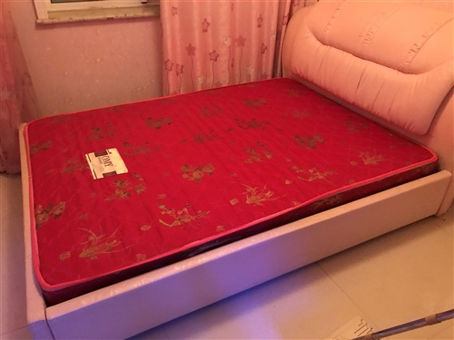 本人現有2.0X1.5米床閑置,帶墊子如有需要請聯系,另有廚房用品一套出售