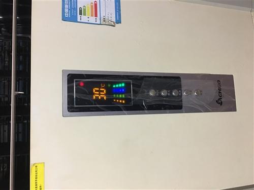 因搬家遠處 不方便攜帶的原因,現出售一臺2匹柜機空調,制冷制熱效果完好,這是今天剛拍的照片,放在客廳...