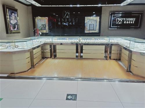 有九成新珠寶柜臺出售,因合同到期,低價轉讓。本柜臺適用于飾品柜臺,精品柜臺,銀飾柜臺,玉器柜臺,煙酒...