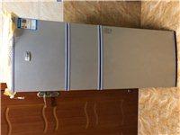 租房小型三开门节能冰箱,可冷冻冷藏,各个功能完好,非常新,只因搬家换了个更大的,这个故而转便宜卖