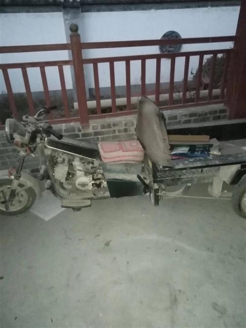 本人出售汽油三輪摩托車,(地溜子)。金元牌八成新。有意者聯系我,電話:15291302768