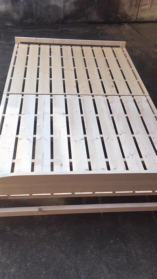 去年买的木板折叠床,虽然是折叠的但是翻身也没有声音,1.5米*1.8的,床微微有点瑕疵,但是不影响使...