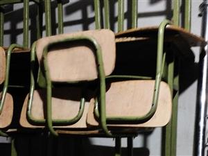 低价出售初中小学课桌椅和办公桌,每套30-50元,共20套。另外有广告角铁架子一个,低价出售。