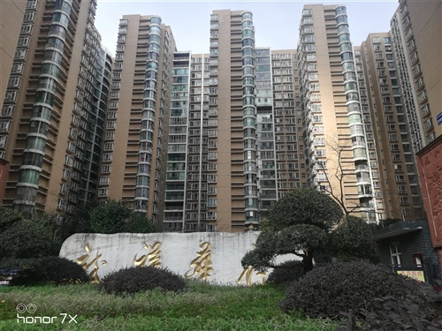 该房位于龙祥华府小区,绿化好,湖景房,三室两厅两卫,带一个30平入户花园,证件齐全