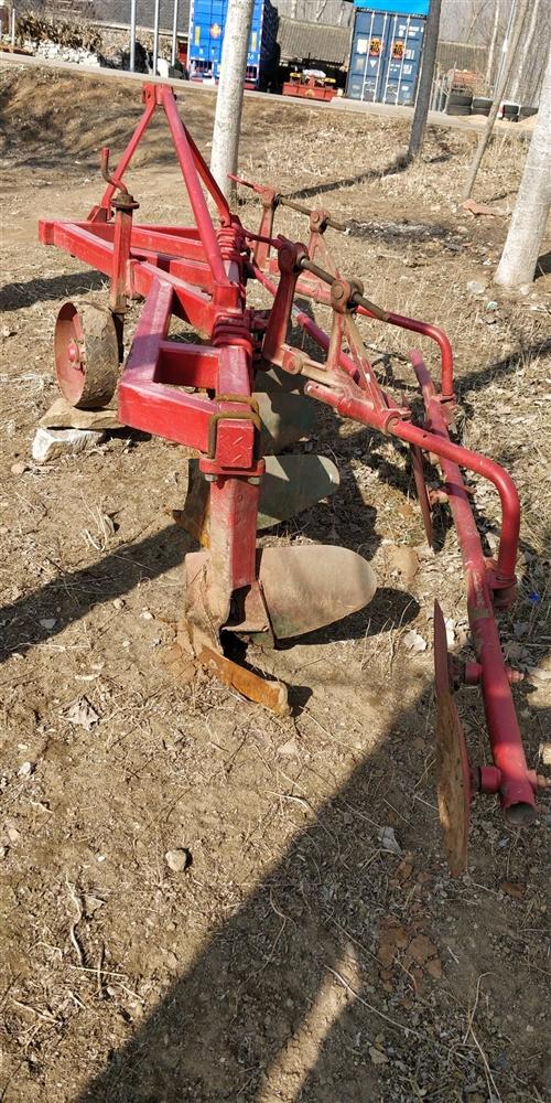 80.90農車用的耕地犁。9成新,只用過一季。完好無損。家里有兩個。歡迎咨詢