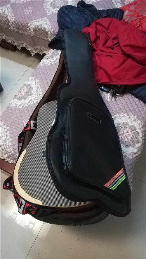 如图所示,面单,想换个电箱吉他,用了三个月,声音手感都很好,可以现场试音,带琴包、变调夹、调音器、琴...