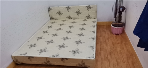 出售两张出租屋用的床,刚用两三个月,看上的联系自提。价格可以商量。