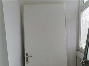 总共三扇门,无门框,木门长:2米,宽:80厘米 铝合金门长:1.98米,宽:58厘米 价格面议