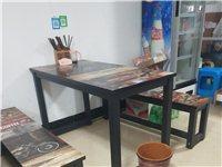 一桌兩凳一套買來320元,現在100元一套需要的拿走,有6套