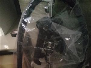9成新原服装店转椅70元,9成新沙发凳一套100元. 手拉车20元,立挺品牌挂烫机180元,**服...