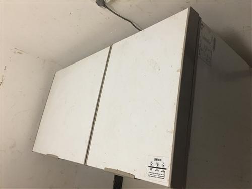 冰柜购买于19年6月,微冷冻和冷冻两格,去年做生意买的**的,有意者可拨打电话或加微信咨询
