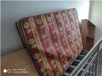 本人出售二手床一套包括床墊床頭柜,整體8成新。床是1.5*2米