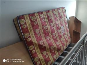本人出售二手床一套包括床�|床�^柜,整�w8成新。床是1.5*2米