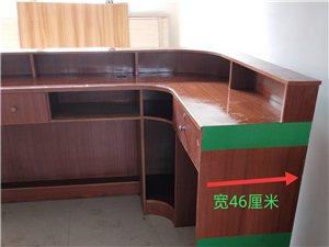 出售9成新实木收银台一张。长1,95米,宽1,33米,厚0,46米,高1,06米。未怎么使用过。价格...