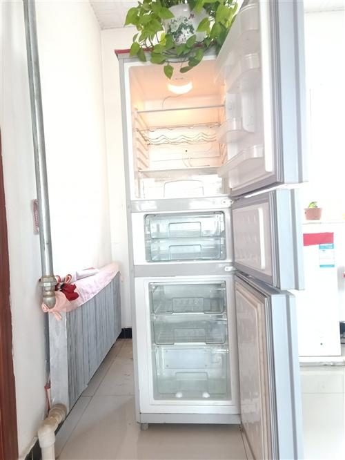 冰箱是我父母用的,以前4400元購買的,轉賣原因是因為房子裝修,父母年齡大,想買個小的,此冰箱大容量...