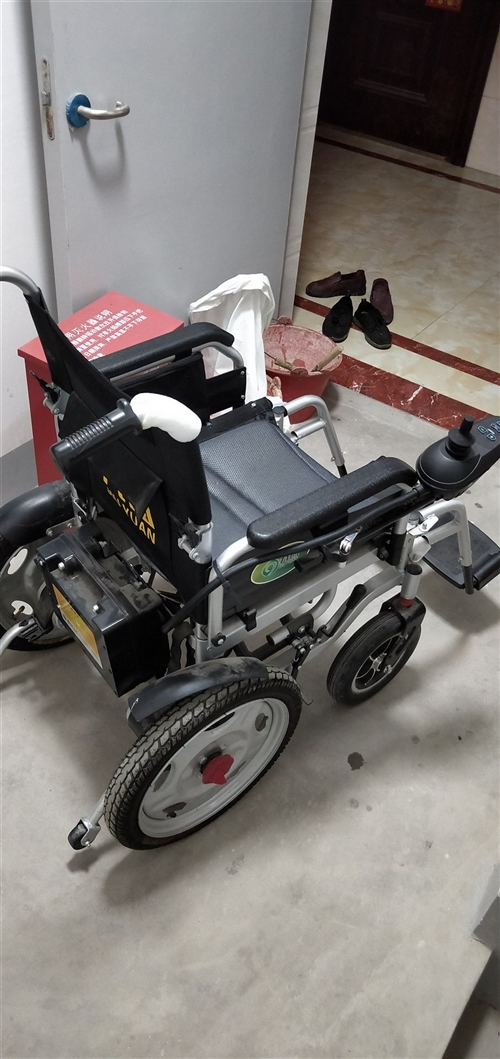 老人電動輪椅九成新,操作簡單,充一次電可走十公里以上。
