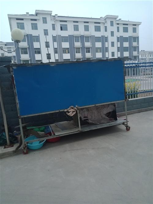 门头前摆货用平板车,有轱辘可以随便换地方,分上下两层,上边可以掀开防雨防晒,非常实用。