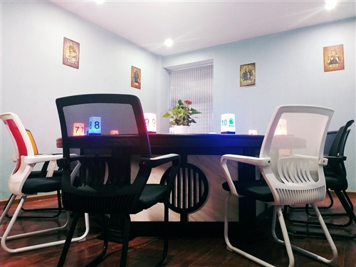 现有大长桌?2、椅子?30 、 麻将桌?2  还有冰柜、空调   九成新,无任何质量问题,因店面转让...